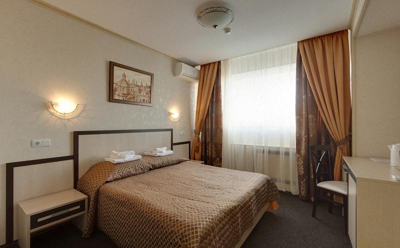 Комфортный бизнес с большой двухместной кроватью в гостинице Металлург